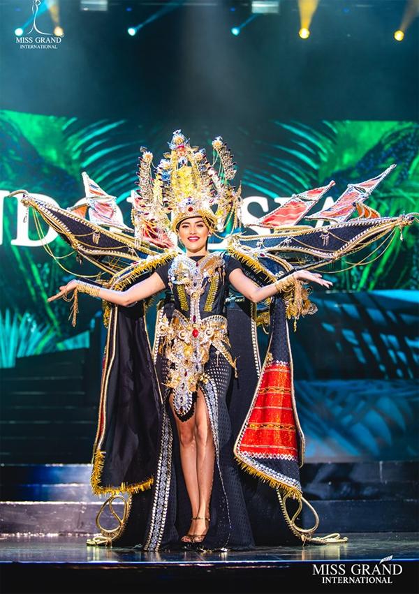 Các người đẹp đến từ Đông Nam Á đều đội mũ miện được thiết kế công phu. Thí sinh Indonesia khoác lên người bộ quốc phục lấy cảm hứng từ những con thuyền.