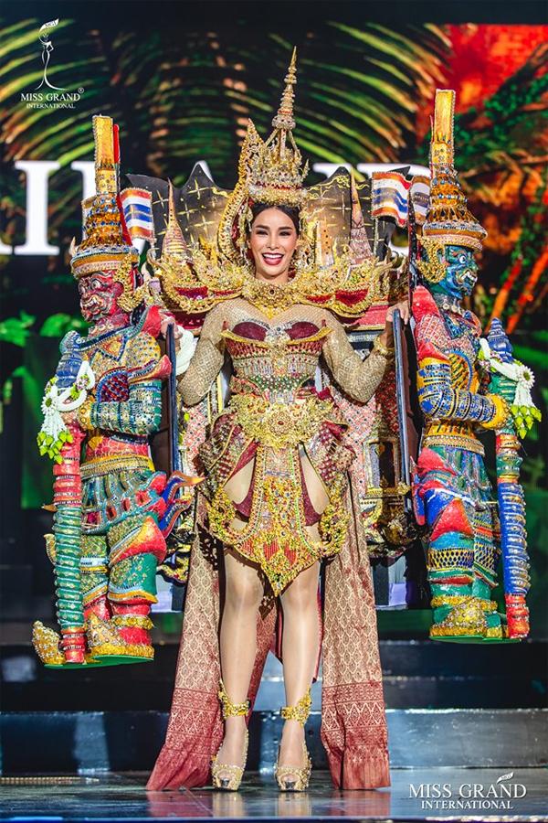Đại diện của Thái Lan gây ấn tượng với trang phục lấy cảm hứng từ chùa tháp.