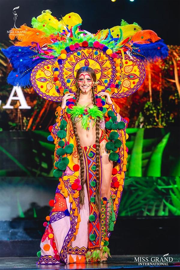 Đại diện của nước chủ nhà Venezuela. Theo ban tổ chức Miss Grand, khán giả sẽ được bầu ra 10 trang phục dân tộc đẹp nhất thông qua hình thức nhấn nút Like trên Fanpage của cuộc thi. Ban giám khảo cũng chọn ra 10 bộ ấn tượng. Trang phục đẹp nhất sẽ được công bố trong đêm chung kết vào tối 25/10 (sáng 26/10 theo giờ Hà Nội).