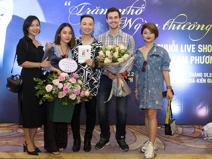 Bạn bè, học trò tới chúc mừng Vạn Nguyễn với vai trò tổng đạo diễn show Trăm nhớ ngàn thương.