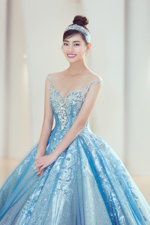 Hoa hậu Lương Thùy Linh trở thành nàng Lọ lem xinh đẹp, dịu dàng, nhu mì.