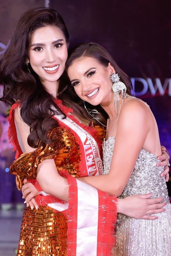 Yến Nhung ôm chầm mừng thành tích cao với thí sinh Ba Lan - cũng lọt top 5.