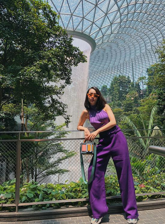 Sắc tím hot trend nhanh chóng được ca sĩ Yến Trang cập nhật để phong cách thời trang dạo phố của cô luôn gây được ấn tượng.