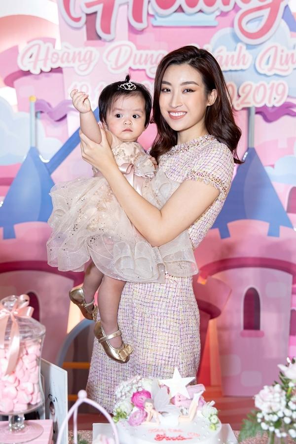 Buổi tiệc sinh nhật tối 21/10 là của bé Annie - con gái út bà trùm hoa hậu Phạm Kim Dung. Hoa hậu Đỗ Mỹ Linh cũng chính là mẹ đỡ đầu của bé Annie.