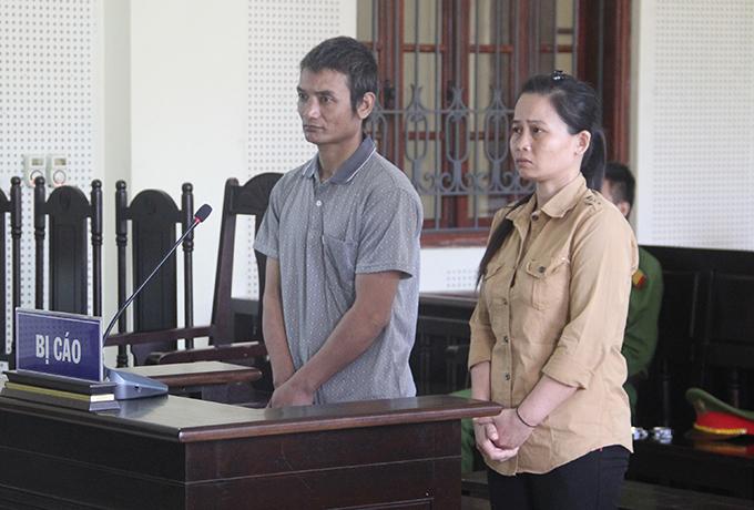 Bị cáo Tuyên và Long nghe toà tuyên án. Ảnh: Thu Hà.