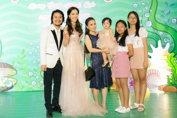 Ca sĩ Cẩm Ly (váy xanh) cùng hai con gái đến chúc mừng vợ chồng bà Kim Dung - đạo diễn Hoàng Nhật Nam.
