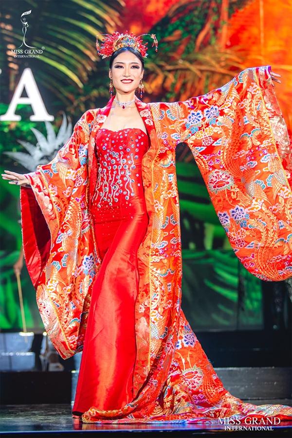 Người đẹp Trung Quốc lộng lẫy với quốc phục hoàng tộc và sắc đỏ truyền thống.