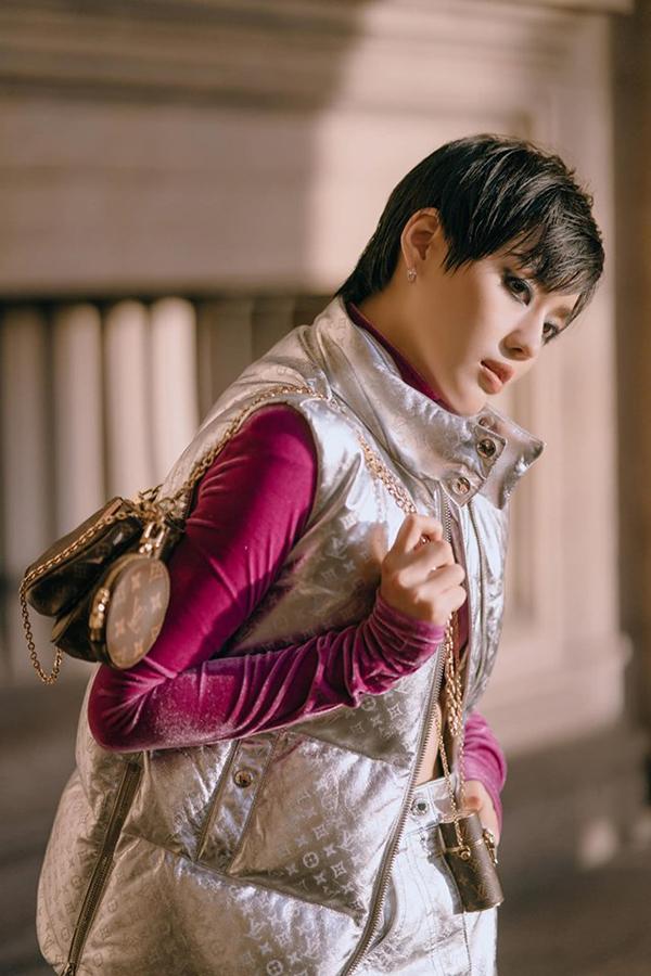 Khánh Linh The Face vừa kết thúc chuyến đi châu Âu kéo dài một tháng để tham dự các tuần lễ thời trang tại Paris, London và Milan. Cô được nhiều tạp chí thời trang đánh giá cao về khả năng biến hoá street stye, đặc biệt là thời gian tham dự Paris Fashion Week.