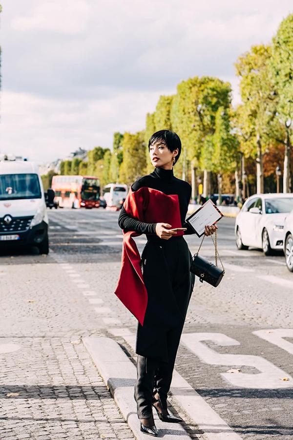 Khi dự show của Elie Saad, Khánh Linh chọn trang phục của nhà thiết kế Phương My kết hợp với phụ kiện của Louis Vuitton.