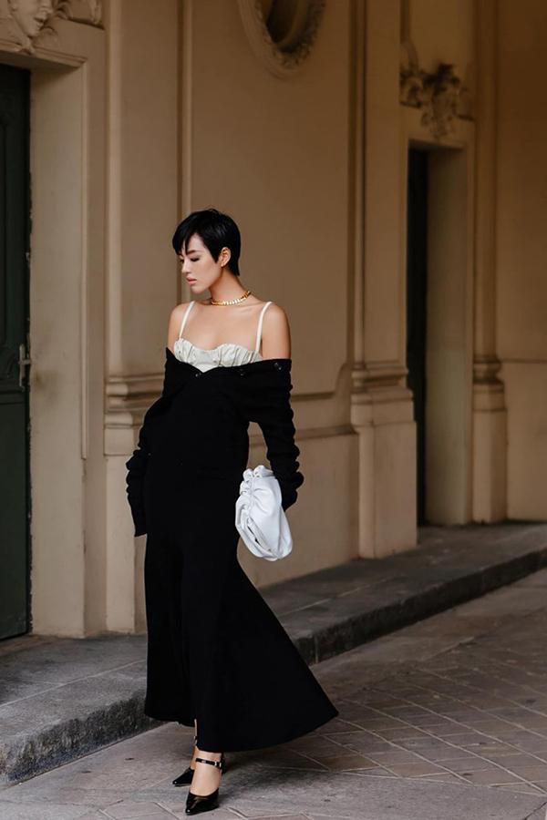 Cô kết hợp trang phục với túi củaBottega Veneta và giàyDorateymur.