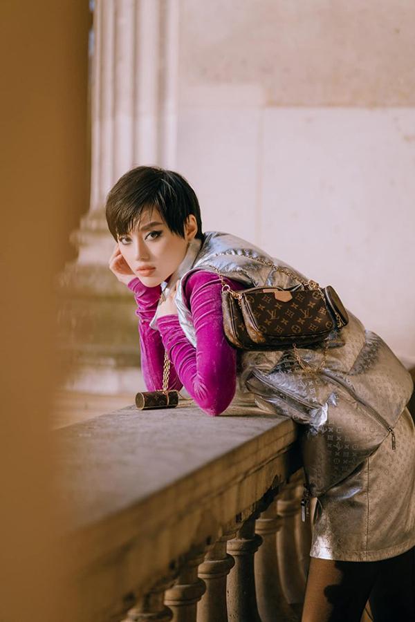Cô kết hợp trang phục với túi xách của Louis Vuitton khi xem show nhà nhà mốt này. Túi đựng son môi trị giá gần 30 triệu đồng là một trong những món đồ thời trang được nhiều fashionista yêu thích thời gian gần đây.