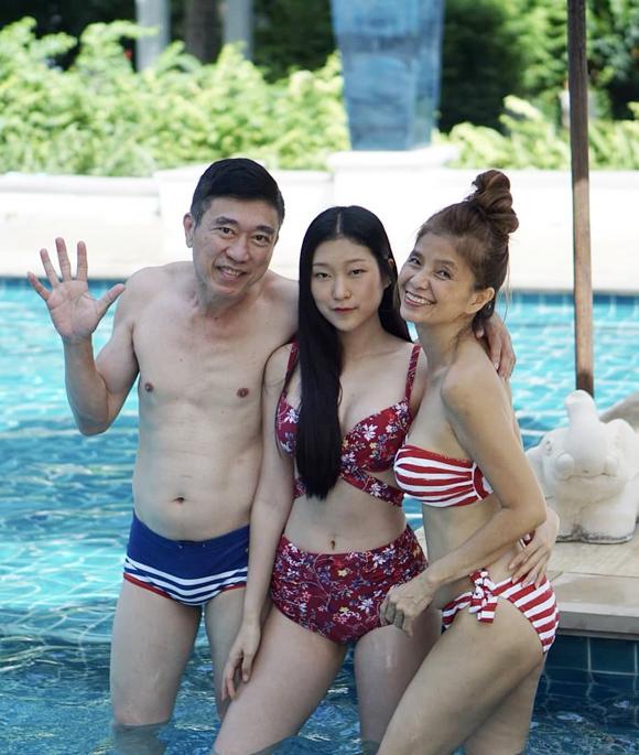 Bà tự tin mặc bikini khoe dáng bên chồng và con gái.