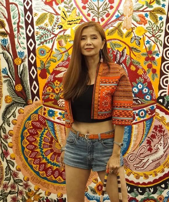 Bà thường xuyên đăng lên mạng xã hội những hình ảnh ghi lại phong cách hàng ngày. Mỗi set đồ đều được kết hợp chỉn chu, thể hiện style sành điệu.