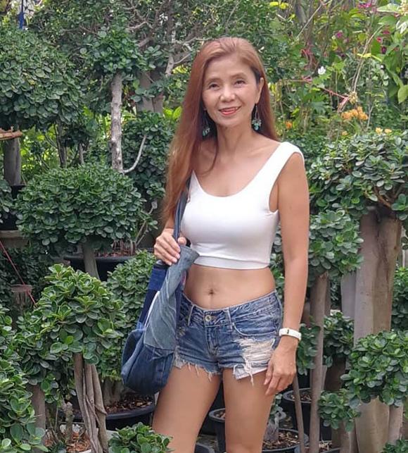 Tự tin về bản thân, bà Sopit không ngại mặc những trang phục vốn dành cho giới trẻ như crop-top, quần short jeans rách, giày sneaker...
