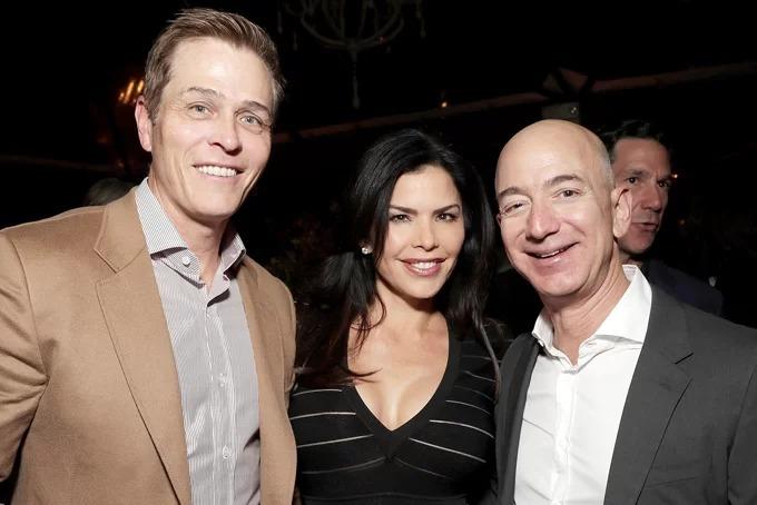 Whitesell, Sanchez và Bezos (bìa phải) thân thiết tại một sự kiện ở Anh năm 2016. Ảnh: Poeple.