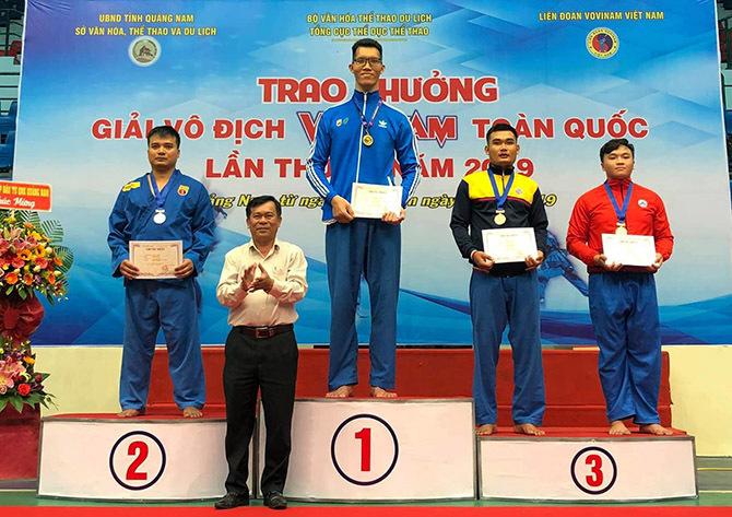 Trần Ngọc Tú nhận huy chương vàng tại giải vô địch Vovinam toàn quốc năm 2019 tại Quảng Nam. Ảnh: Đinh Hai Thành.