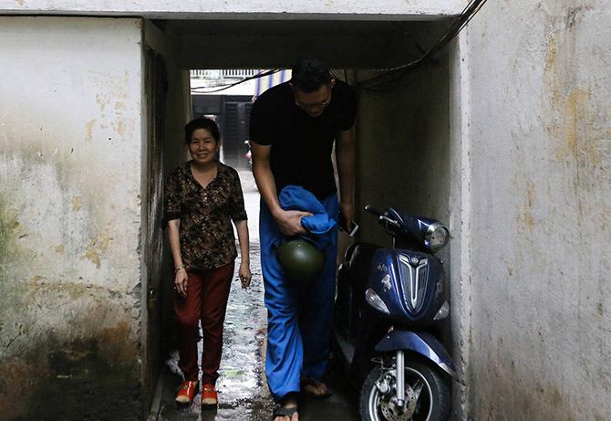 Chiều cao ngoại cỡ buộc Tú phải cúi đầu đi qua trần nhà thấp. Ảnh: Quỳnh Trần.