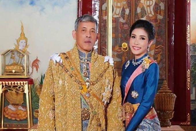 Quốc vương Thái Lan và bà Sineenat, người vừa bị tước bỏ danh hiệu Hoàng quý phi vì tội bất trung. Ảnh: BKP.