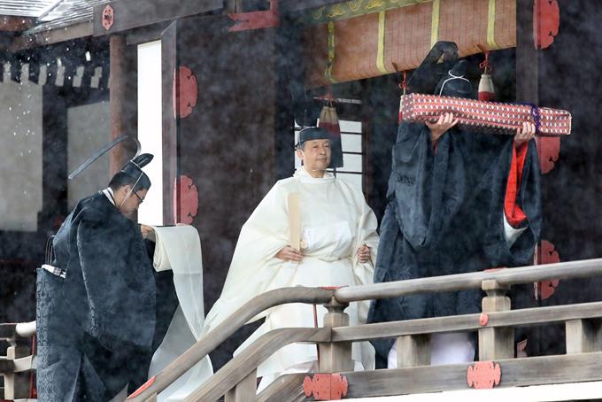 Nhật hoàng Naruhito chính thức trở thành hoàng đế Nhật Bảnvào ngày 1/5, một ngày sau lễ thoái vị của vua cha, đưa đất nước bước sang thời đại mới mang tên Lệnh Hòa. hưng phải tới hôm nay, 22-10, Nhật hoàngNaruhito (59 tuổi) và hoàng hậu Masako (55 tuổi) mới chính thức xuất hiện trong lễ đăng quangtrang trọng được tiến hành theo những nghi lễ của hoàng gia. Ảnh: Retuers.
