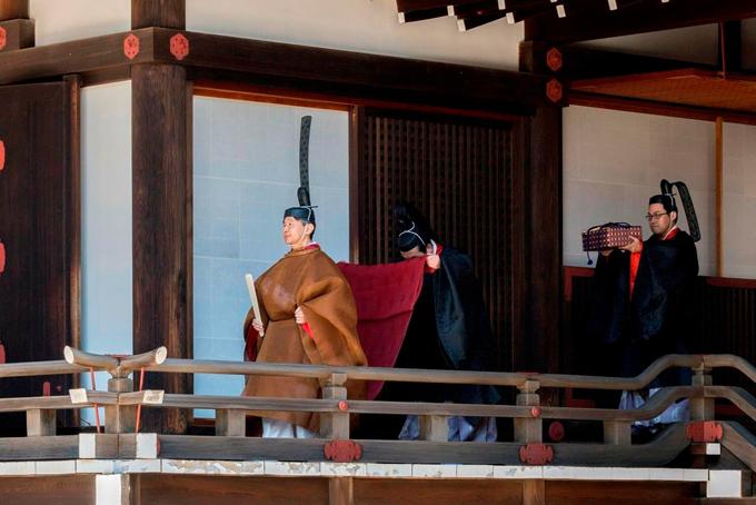Sau nghi lễ tại khu thờ tự tổ tiên, Nhật hoàngNaruhitođó lên xe di chuyển đến Cung điện Hoàng gia để thực hiện nghi lễ chính. Dù trời mưa, nhiều người dân Nhật Bản tập trung bên ngoài cung điện, vẫy chào khi xe của Nhật hoàng đi qua.