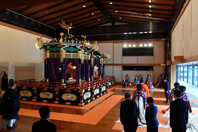Lễ đăng quang kết thúc sau gần một giờ. Nhật hoàng cùng hoàng hậu Masakovà các thành viên hoàng gia lui về phía sau. Quốc yến sẽ được tổ chức trong gian lớn nhất của cung điện hoàng gia vào tối nay cùng các vị thượng khách.