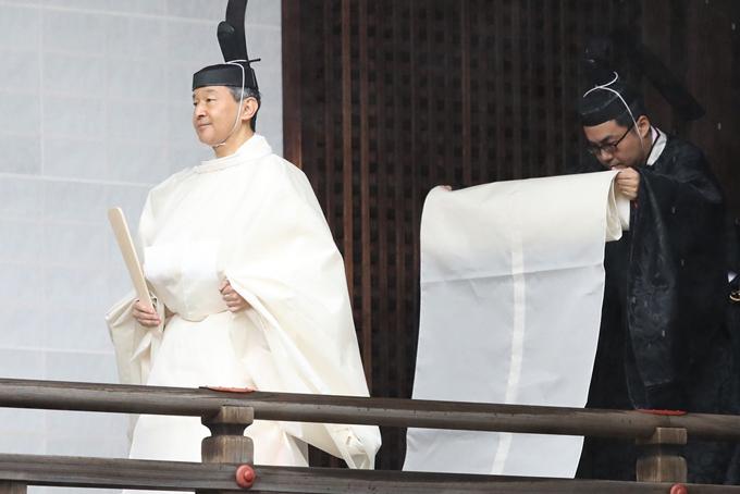 Lễ đăng cơ của Nhật hoàng Naruhito bắt đầu với nghi lễ bái tổ tiên tại khu thờ tự trong hoàng cung ở Tokyo, bao gồm đền Kashikodokoto, nơi thờ nữ thần mặt trời Amaterasu, theo Kyodo.