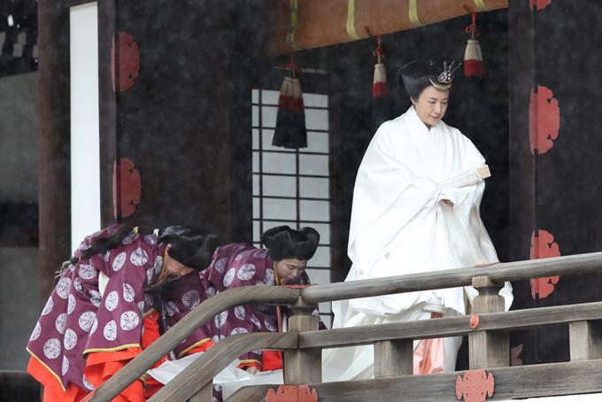 Hoàng hậu Masako cũng mặc một bộ kimono màu trắng, đi sau chồng đến nơi thực hiện nghi lễ. Hơn 400 thượng khách là nguyên thủ và lãnh đạo cấp cao của hơn 190 quốc gia, khu vực, tổ chức quốc tế dự kiến tham dự buổi lễ đăng cơ này. Ảnh:Japan times.