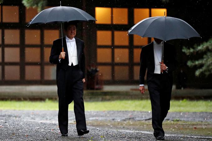 Thủ tướng Nhật Bản ông Shinzo Abe cũng đội mua tiến đến nơi làm lễ.