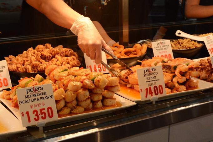Những mặt hàng ăn vặtkhác có giá từ 10 AUD (khoảng 160.000 đồng) một phần, tổng chi phí một bữa ăn khoảng từ một triệu đồng trở lên. Mức giá này khá cao so với mặt bằng chungnhưng với nhiềudu khách lần đầu đến Sydney, một bữa ăn có phần sang chảnh tại một địa danh nổi tiếng như vậy cũng đáng mở hầu bao.