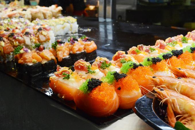 Các loại sushi ở đây được bán theo miếng với giá khoảng 3AUD (khoảng 50.000 đồng). Bạn có thể chọn nhiều mùi vị tùy khẩu vị. Ngoài bánh donut, bạn cũng có thể nếm thử bánh tacos sushi với lớp vỏ bánh là lá rong biển chiên giòn để tạo độ dai, nhân bên trong là cơm và hải sản.