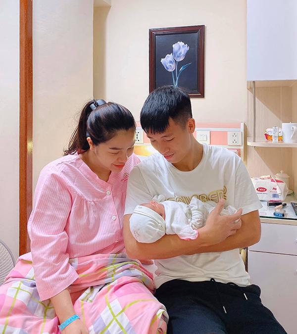 Bùi Tiến Dũng và bà xã Khánh Linh bên con gái mới sinh. Ảnh: BTD.