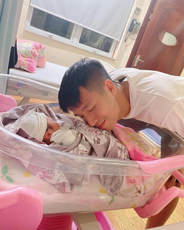 Bùi Tiến Dũng hạnh phúc khi con gái chào đời. Ảnh: Khánh Linh.