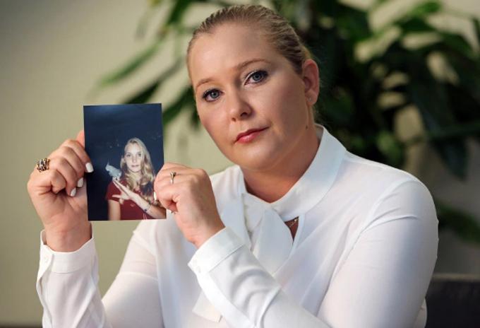 Virginia Roberts hiện tại cầm trên tay tấm ảnh khi cô 17 tuổi. Ảnh: The Sun.