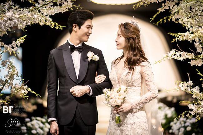 Cô dâu, chú rể sánh vai nhau hạnh phúc. Ban đầu cặp đôi dự tính cưới vào đầu 2020, nhưng do Ahreum mang thai, nên họ quyết định đẩy đám cưới lên sớm hơn.