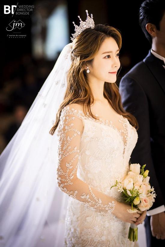 Hôm 21/10, đám cưới của thành viên nhóm T-ara, Ahreum diễn ra tại một khách sạn thuộc khu Samcheong-dong, Seoul. Đám cưới có khoảng 400 khách mời, bao gồm bạn bè thân thiết của cô dâu, chú rể và người thân gia đình.
