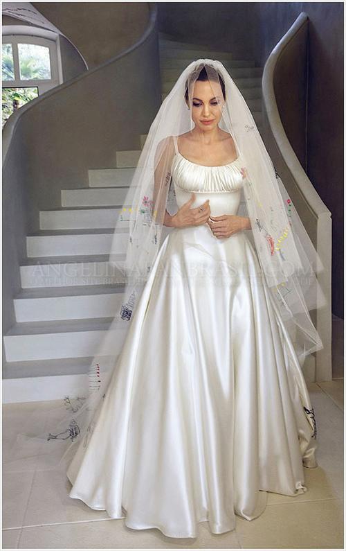 Mặt trước của váy cưới mang thiết kế tối giản, đầm hai dây, có phần nhún xếp trước ngực.