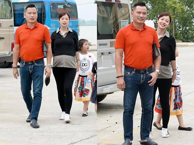 Hoa hậu Jennifer Phạm ăn mặc giản dị, bế bụng bầu lớn đi chơi cùng chồng và con gái.