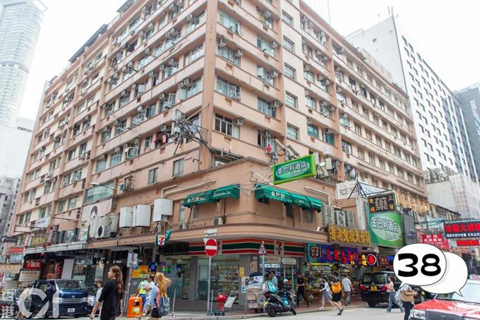 Bộ phim kể về những câu chuyện kỳ ảo, kinh dị, nhuốm màu ma quái tại tòa nhà được xây dựng từ những năm 1950 thế kỷ trước tại Hong Kong, khiến người xem nhiều phen thót tim. Trên thực tế, đây là tòa nhà Hương Bánh Champagne Tower, nằm tại gócđường Kimberley Road vàCarnarvon Road, khuTsim Sha Tsui, bán đảo Cửu Long.