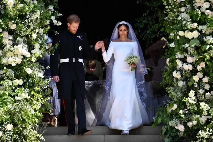 Nữ công tước Meghan MarkleTrong đám cưới diễn ra ngày 19/5/2018, cô dâu Meghan Markle đã lựa chọn váy cưới tối giản, gây bất ngờ tới công chúng hâm mộ. Chiếc váy cướimang tính biểu tượngcủaCông tước xứ Sussex được thực hiện suốt 3 tháng ròng rã, tốn thêm 500 giờ làm khăn voan. Đầm cưới suông cổ thuyền trắng tinh khôi có độ dày dặn, thiết kế trơn không họa tiết bởi mọi tinh hoa của bộ cánh được thể hiện trên tấm khăn voan. Giá trị của bộ váy cưới được ước tính là250.000 bảng Anh (tương đương 7,5 tỷ đồng), theo The Sun.