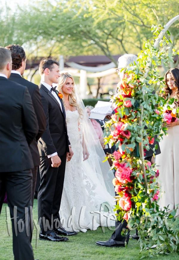 Lễ cưới được tổ chức giữa không gian thơ mộng ngoài trời trong tiết trời mùa thu se lạnh ở Anthem, Arizona. Cô dâu và chú rể trao lời thề nguyền trước khoảng 180 khách mời.