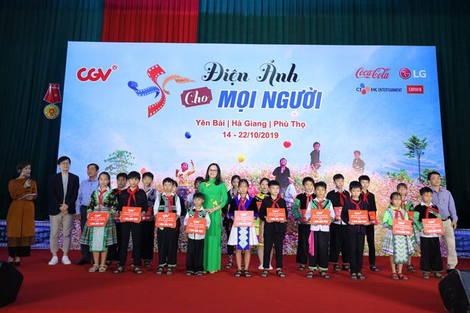 Ban tổ chức trao quà tặng và học bổng cho các em nhỏ.