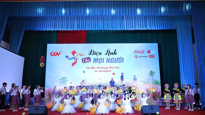 Các em nhỏ biểu diễn trong chương trình xem phim.