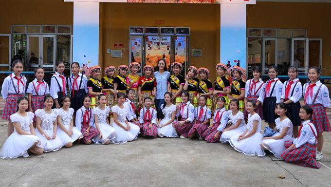 Top 10 Miss World Vietnam 2019 – Nguyễn Thị Phương Nga (đứng giữa, áo kẻ) chụp ảnh cùng các em nhỏ tại trường nội trú.