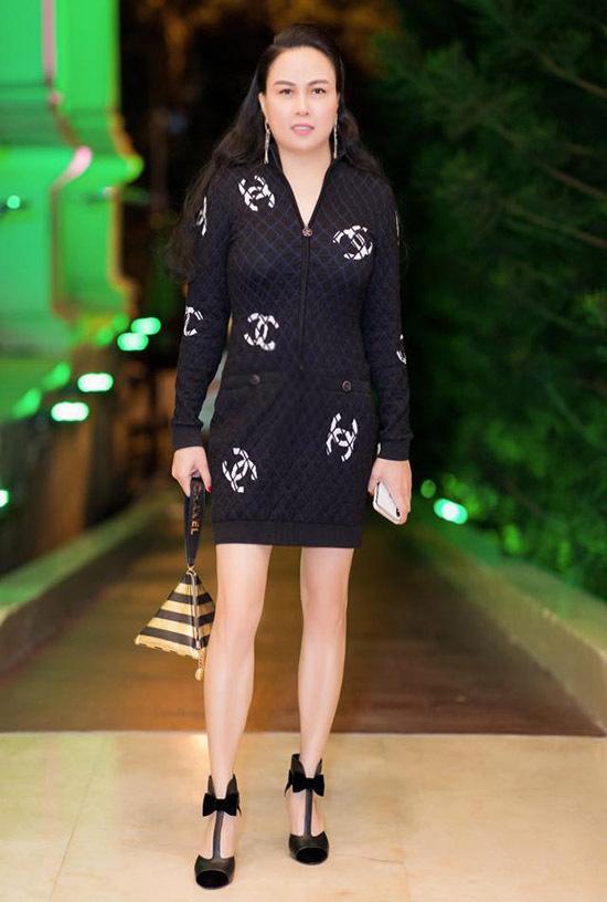 Nữ doanh nhân tự tin vào gu thẩm mỹ của bản thân nên luôn tự phối trang phục, phụ kiện.