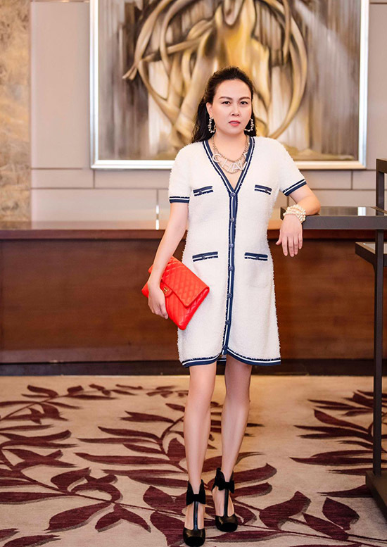 Phượng Chanel sở hữu sưu tập váy áo, phụ kiện hàng hiệu khủng. Cô thích diện các thiết kế ngắn trên gối.
