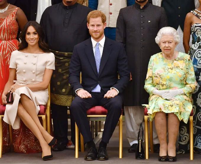 Nữ hoàng Anh và vợ chồng Hoàng tử Harry - Meghan Markle trong lễ vinh danh các nhà lãnh đạo trẻ của khối Thịnh vượng chung ngày 26/6/2018. Ảnh: PA.