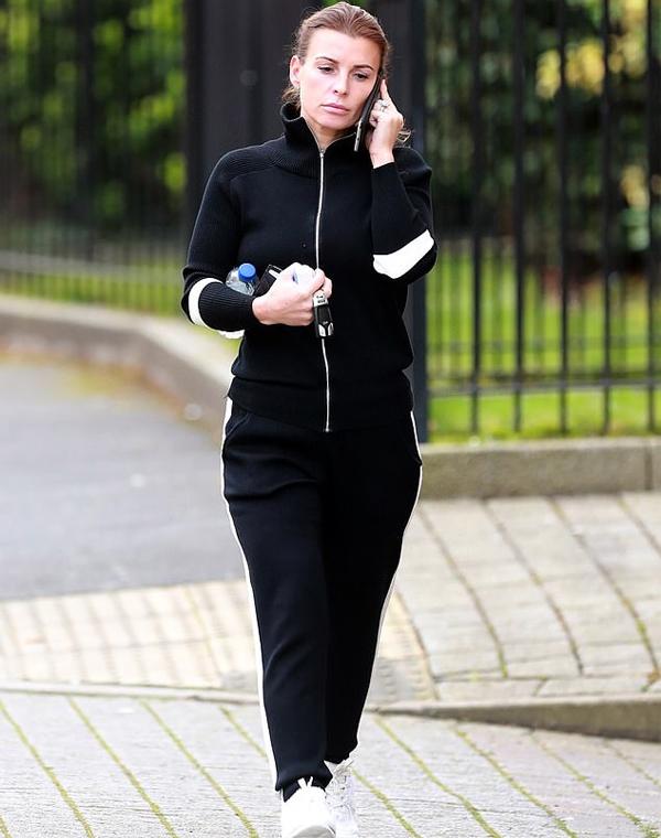 Sáng 21/10, Coleen trông có vẻ mệt mỏi khi tới phòng tập ở gần nhà. Hôm 9/10, bà xã Rooney gây xôn xao khi chỉ đích danh Rebekah Vardy, vợ tiền đạo Jamie Vardytừng là đồng đội trong tuyển Anh với chồng, là người tiết lộ các bí mật đời tư của gia đình cô.