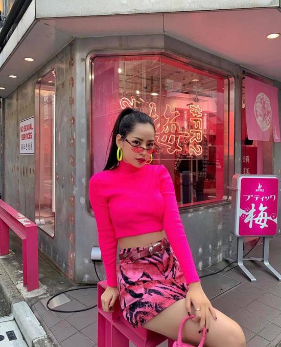 Ca sĩ Chi Pu nổi bật trên phố Nhật Bản bởi cách diện nguyên set đồ hồng gồm áo hở eo, chân váy họa tiết và túi xách Jacquemus.