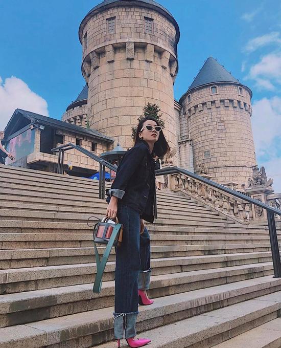 Không sử dụng trang phục sắc màu rực rỡ, nhưng Yến Trang lại bắt nhịp mix màu nổi cho street style bằng cách sử dụng giày cao gót, túi trang trí sắc hồng đậm chất nữ tính.
