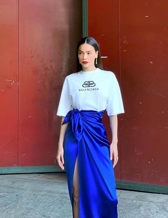 Mẫu áo thun quen thuộc của thương hiệu Blenciaga trở nên ấn tượng hơn khi được Hồ Ngọc Hà mix cùng chân váy quấn.